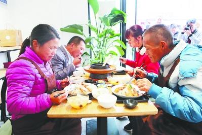 农技站里飘出茶虾饭香