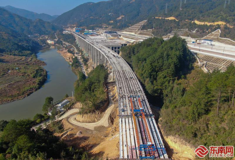 衢宁铁路屏南站站前路特大桥主体完工