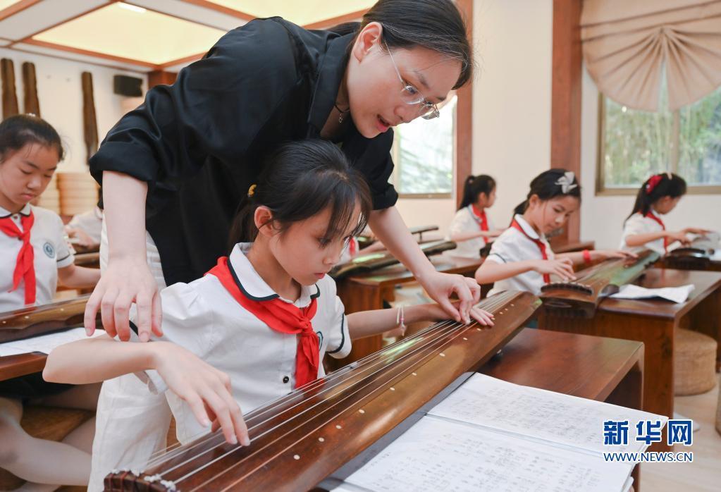 福建福州:课后校园 琴韵墨香